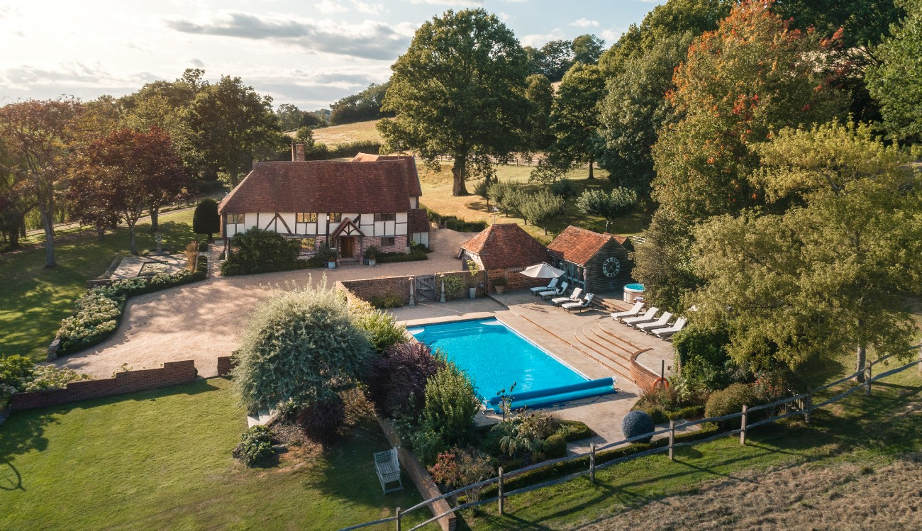 Luxury self catering home with swimming pool in chiddingstone kent for Swimming pool display centres melbourne