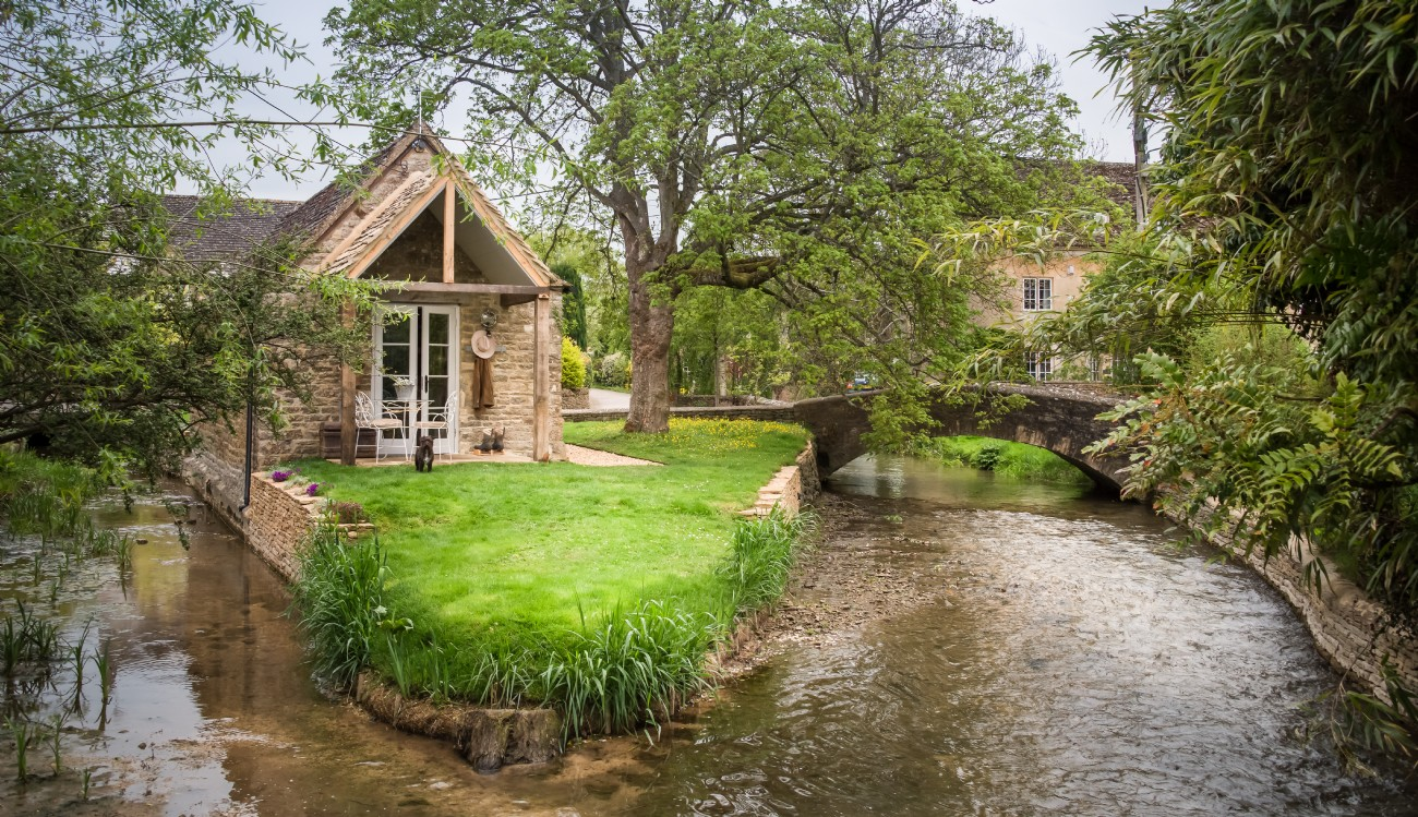 Cotswolds romantic island cottage for couples, Cirencester