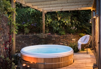 Rustic hideaway in Cornwall with hot tub