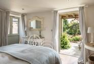 Forelle´s king-size master bedroom flaunts its own en suite bathroom