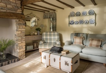 Luxury thatched self-catering holiday cottage in Cotswolds