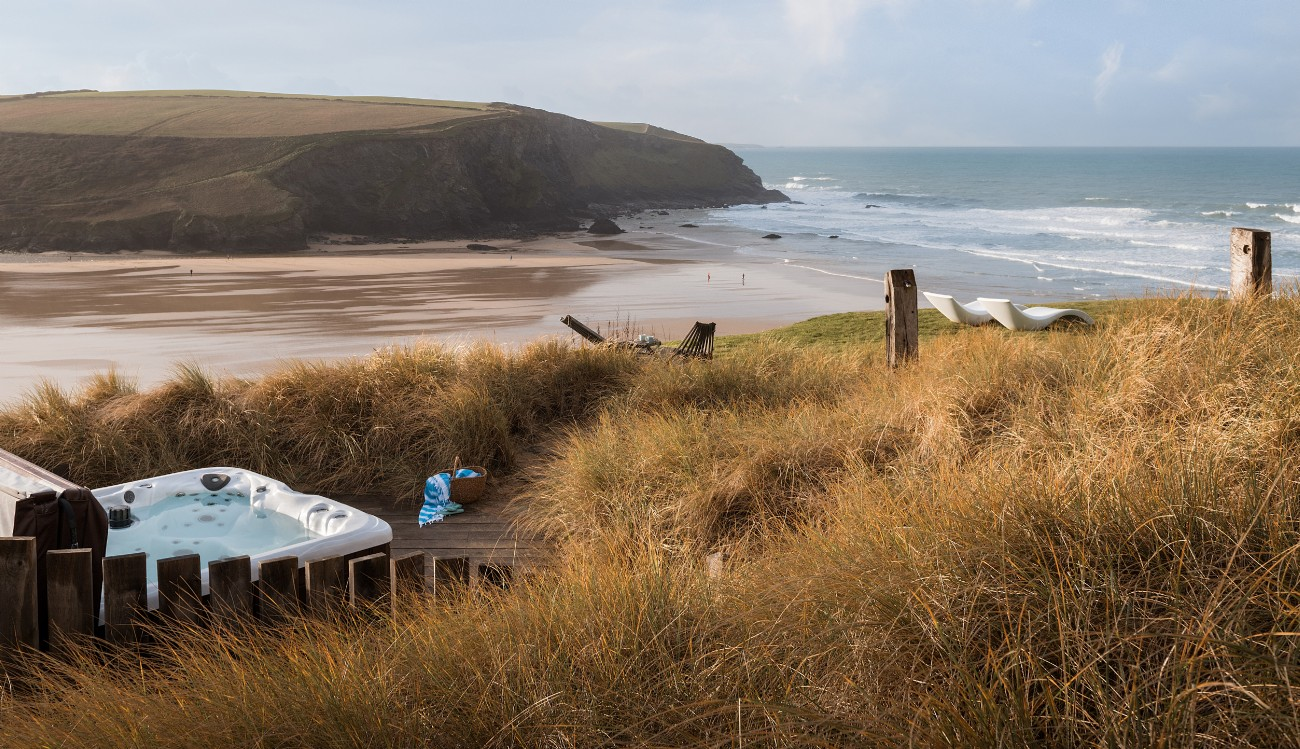 Luxury beach house with hot tub on the cliff above Mawgan Porth