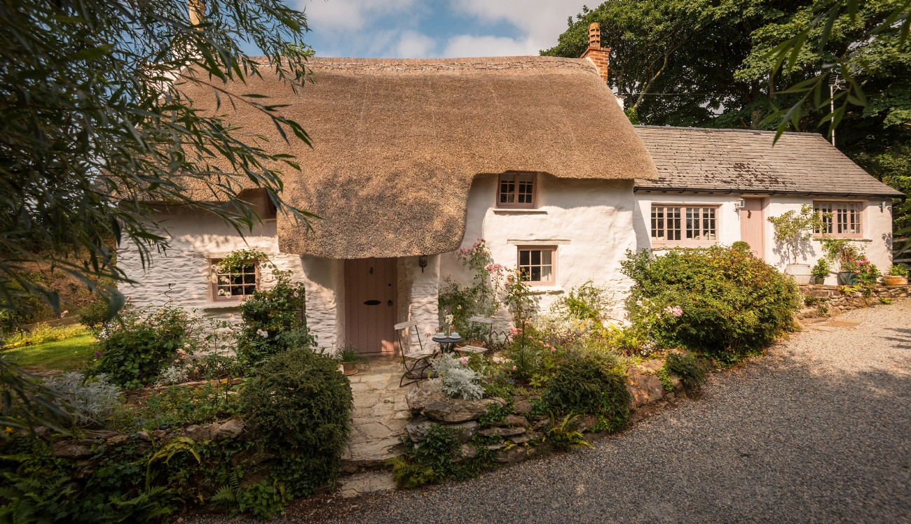 Enchanting Luxury Cottage Close to Holywell Bay with Hot Tub