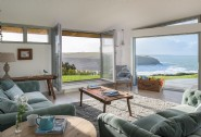 The Looking Glass´ living room overlooks the sea and surf of Mawgan Porth