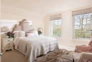 Wake to the sound of birds chirruping in this king-size bedroom