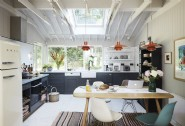 The kitchen´s retro interiors hark back to the cabin´s 1960´s roots